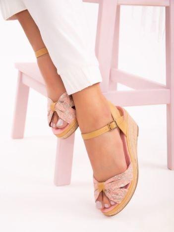 Różowe sandały na koturnach z nadrukiem w białe kwiaty