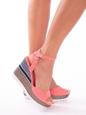 Różowe sandały na ozdobnie wyszywanych koturnach
