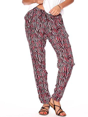 Różowe spodnie w kolorowe desenie