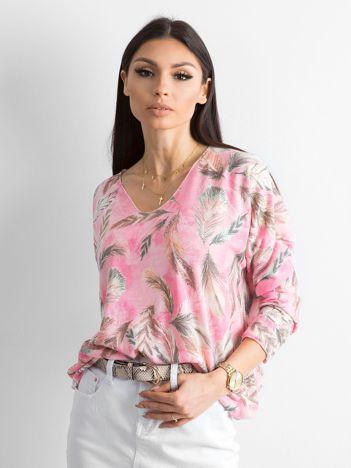 Różowy cienki sweter we wzory