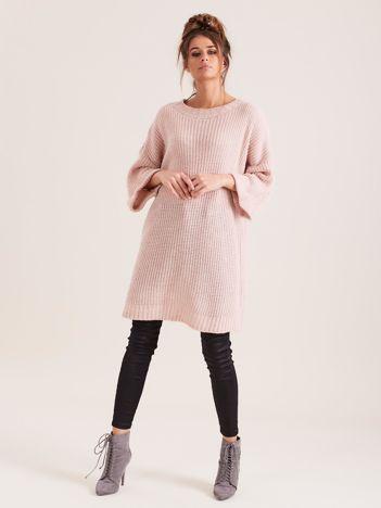Różowy długi sweter z dzianiny