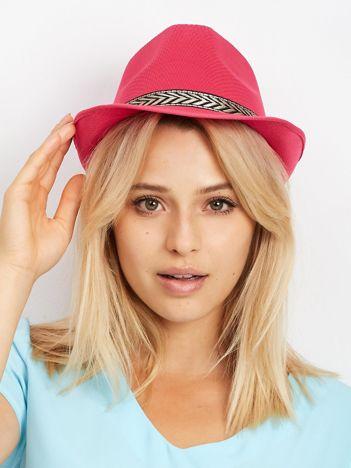 Różowy kapelusz gangsterski