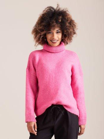 Różowy miękki sweter z golfem