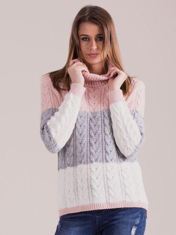 Różowy sweter golf w warkocze