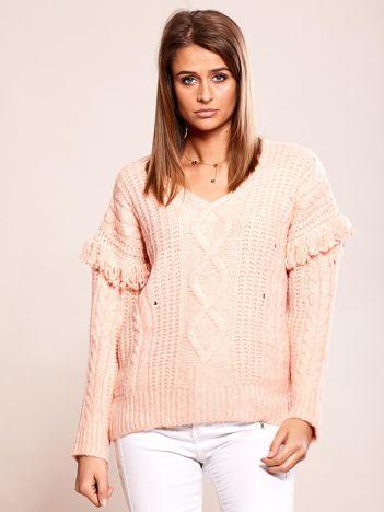 Różowy sweter w warkocze z frędzlami