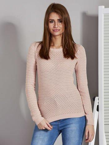 Różowy sweter z plecionym splotem