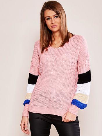 Różowy sweter z rękawami w paski
