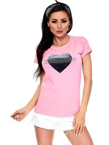 Różowy t-shirt z aksamitnym sercem i perełkami
