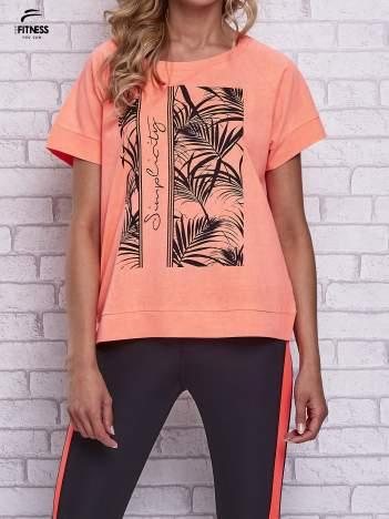 Różowy t-shirt z palmowym nadrukiem