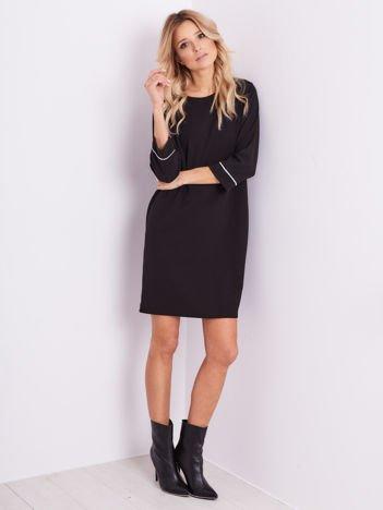 SCANDEZZA Czarna sukienka z biżuteryjną aplikacją