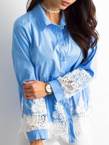 SCANDEZZA Niebieska koszula z koronką
