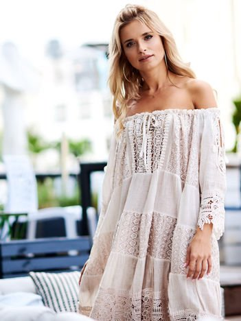 SCANDEZZA Pudroworóżowa koronkowa sukienka hiszpanka z wiązaniem
