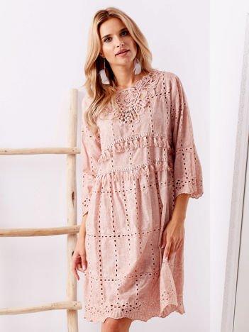 SCANDEZZA Różowa sukienka boho z perłkami