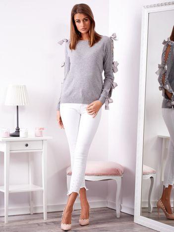 SCANDEZZA Szary sweter z kokardami