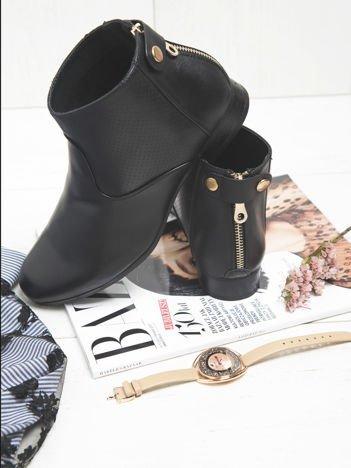 Sergio Leone czarne botki za kostkę z ozdobnym paskiem na tyle cholewki, pozłacanym zapięciem  i ażurową cholewką