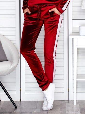 Spodnie dresowe aksamitne z jasnymi lampasami bordowe