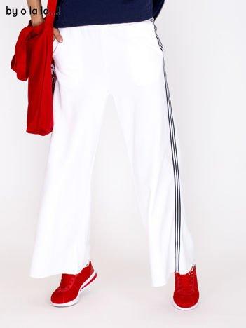 Spodnie dresowe białe z kontrastowymi lampasami BY O LA LA