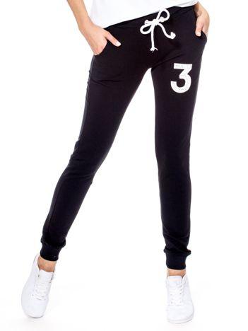 Spodnie dresowe czarne z troczkami i cyfrą