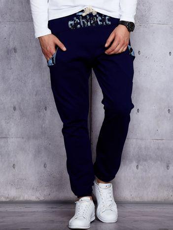 Spodnie dresowe męskie granatowe z troczkami i naszywkami