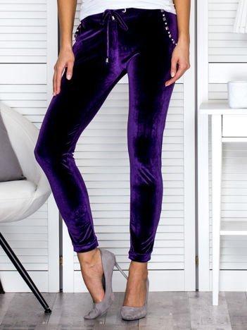 Spodnie dresowe welurowe z diamencikami przy kieszeniach fioletowe