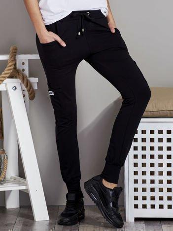Spodnie dresowe z kieszeniami na nogawkach czarne