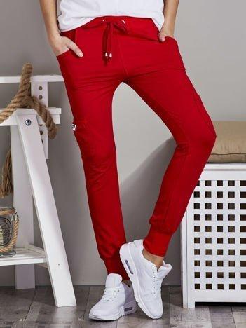 Spodnie dresowe z kieszeniami na nogawkach czerwone