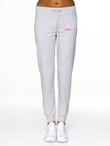 Spodnie dresowe z kobiecym napisem z przodu jasnoszare
