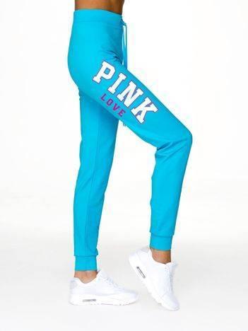 Spodnie dresowe z napisem PINK LOVE po boku jasnoniebieskie
