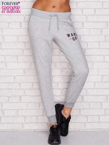 Spodnie dresowe z napisem WAKE UP szare