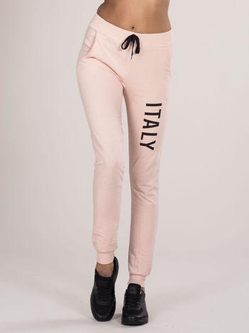 Spodnie dresowe z napisem jasnoróżowe