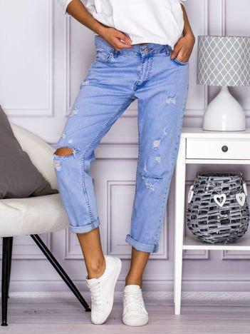 Spodnie jeansowe dekatyzowane boyfriend z dziurami jasnoniebieskie