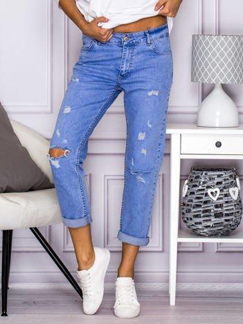 Spodnie jeansowe dekatyzowane boyfriend z dziurami niebieskie