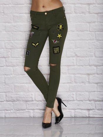 Spodnie skinny z militarnymi naszywkami i dziurami khaki