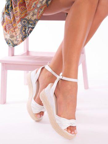 Srebrne przecierane sandały na koturnach z kokardką na przodzie