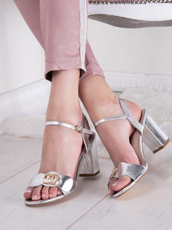 Srebrne sandały SABATINA z ozdobnym detalem na przodzie