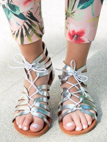 Srebrne sandały z plecionym rzemykiem i suwakiem na pięcie