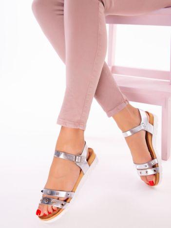 Srebrne sandały z profilowaną podeszwą i nitami na przodzie