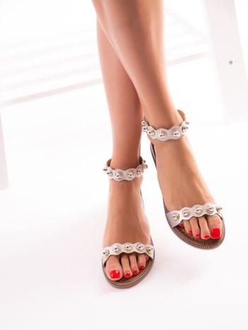 Srebrne sandały z zapięciem na suwak tyłu cholewki
