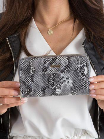 Srebrny portfel skórzany w wężowy wzór