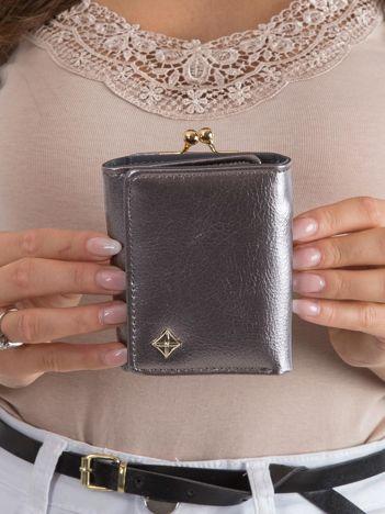 Srebrny portfel z zapięciem na bigiel