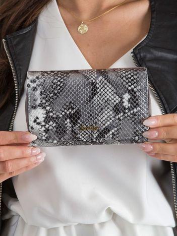 Srebrny skórzany portfel z wężowym wzorem