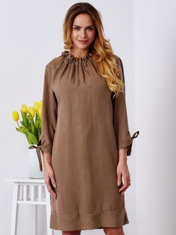 Sukienka beżowa o luźnym kroju z wiązanymi rękawami