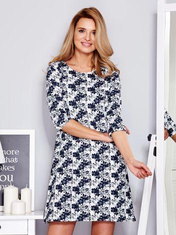 Sukienka biała w kontrastowe desenie