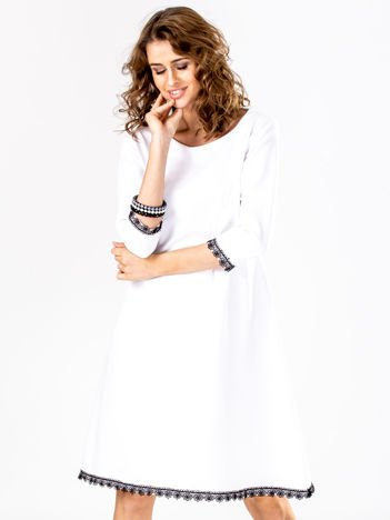 Sukienka biała z koronkowym wykończeniem