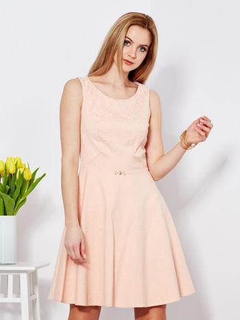 Sukienka brzoskwiniowa w drobny ornamentowy wzór