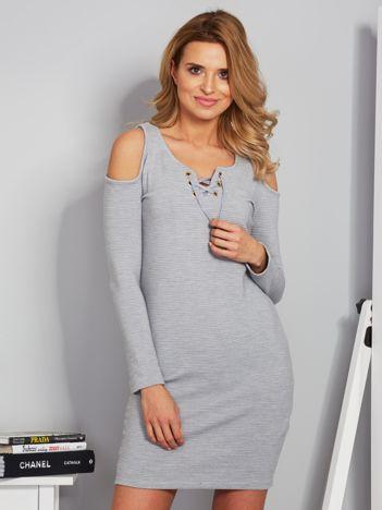 Sukienka cold shoulder w wypukłe paski jasnoszara