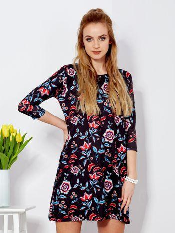 Sukienka czarna z kontrastowym motywem floral print