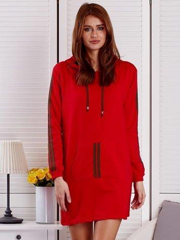 Sukienka damska z lampasami i kapturem czerwona
