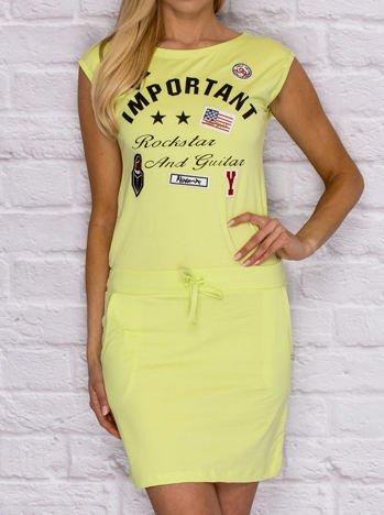 Sukienka dresowa z napisem i naszywkami limonkowa