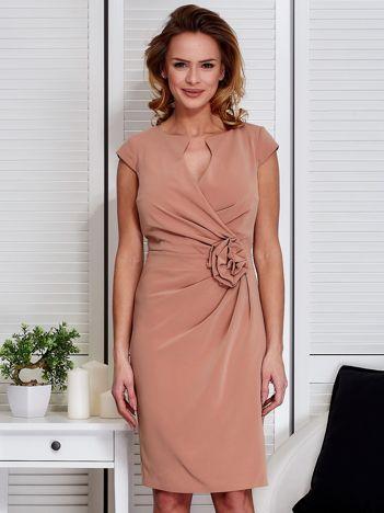Sukienka jasnobrązowa z drapowaniem i ozdobnym kwiatem